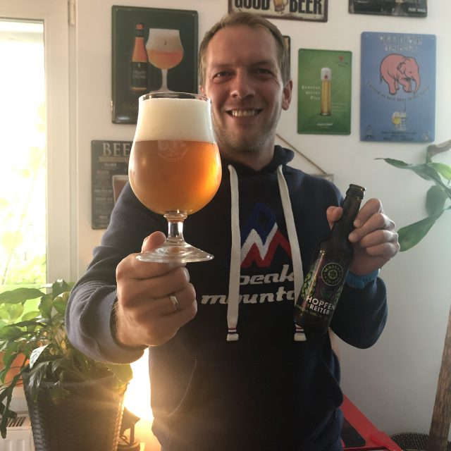https://www.bier-ok.at/wp-content/uploads/2020/09/Klaus-von-BierOK-hat-seine-Freude-mit-dem-Hopfenreiter-von-MaiselFriends-640x640.jpg